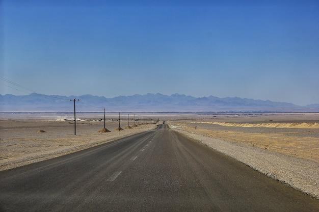 Weg op de woestijn van iran Premium Foto