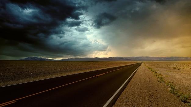 Wegbestrating op de woestijn Gratis Foto