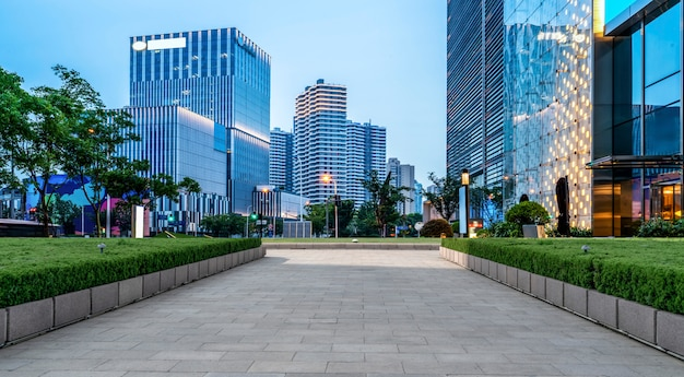 Weggrond en stedelijk modern architecturaal landschap Premium Foto
