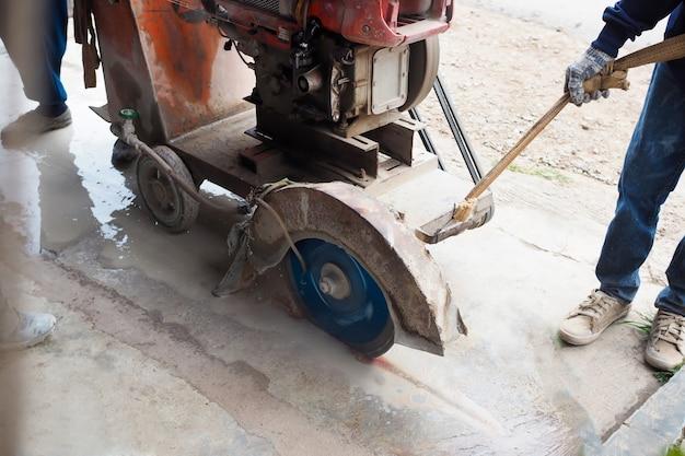 Wegwerkers snijden betonweg Premium Foto