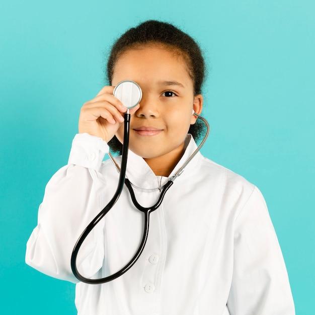 Weinig arts het stellen met stethoscoop Gratis Foto