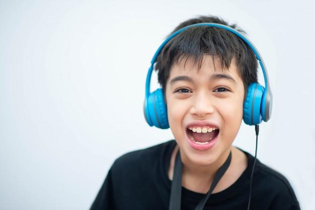 Weinig aziatische jongen bestudeert thuis muziek online Premium Foto