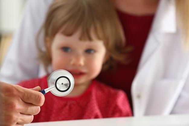 Weinig doen schrikken kind bij artsenontvangst maakt insulineschot Premium Foto