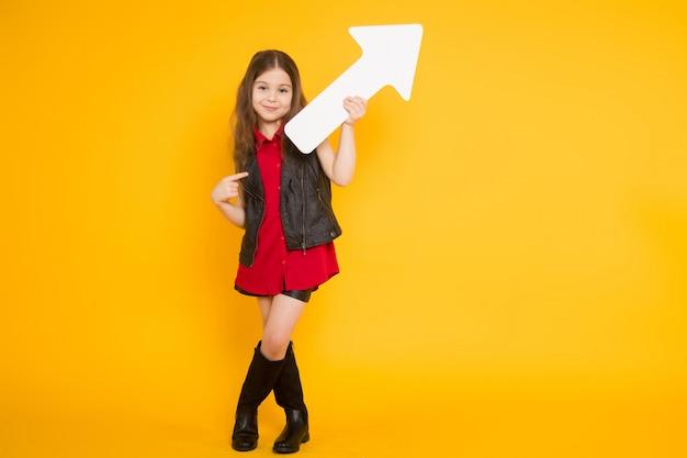 Weinig donkerbruin meisje met wijzer Premium Foto