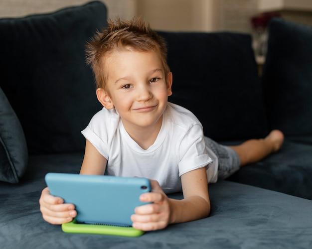 Weinig jongen die aan de telefoon speelt Gratis Foto