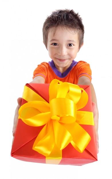 Weinig jongen die huidige doos houdt Premium Foto