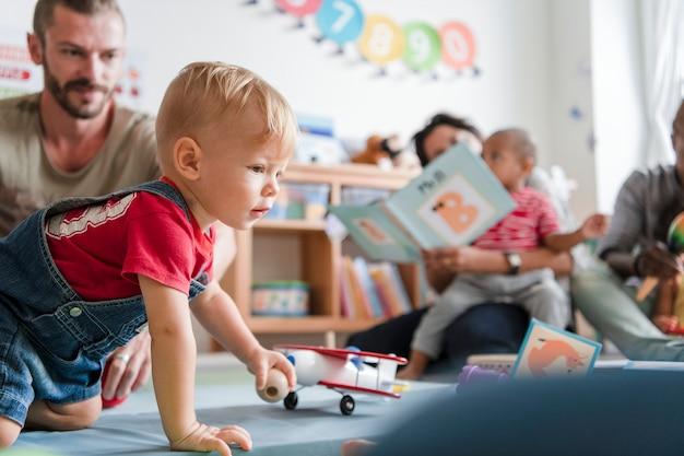Weinig jongen die in een klaslokaal speelt Premium Foto