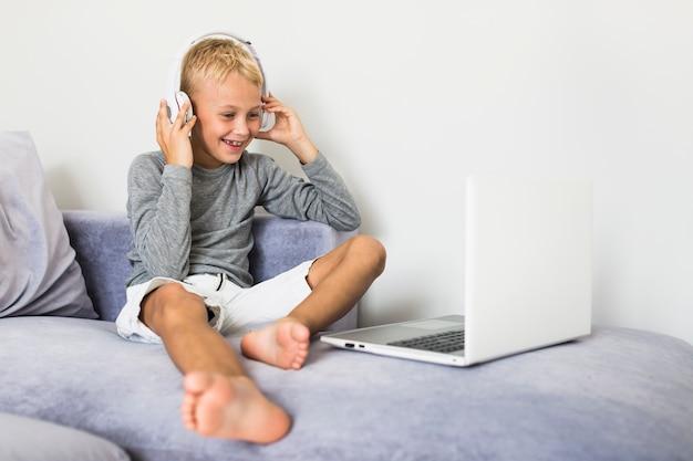 Weinig jongen die pret met laptop heeft Gratis Foto