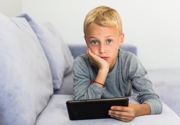 Weinig jongen die pret met tablet heeft Gratis Foto