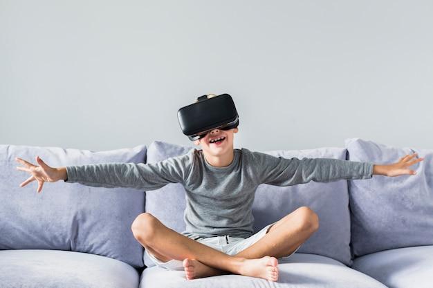 Weinig jongen die virtuele werkelijkheidsglazen gebruikt Gratis Foto