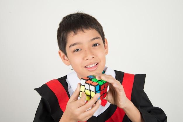 Weinig jongen het spelen rubik kubus Premium Foto