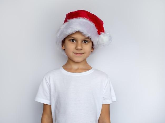 Weinig jongen in kerstmisconcept van de santahoed Premium Foto
