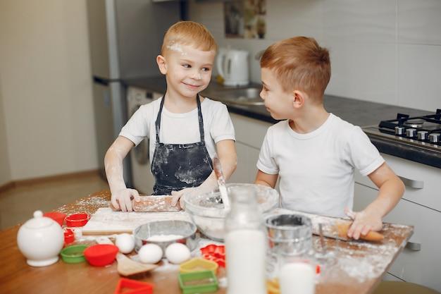 Weinig jongen kookt het deeg voor koekjes Gratis Foto