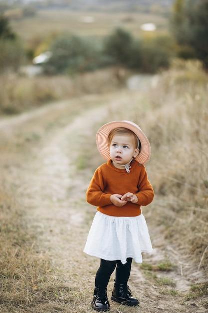 Weinig leuk babymeisje buiten in park, de herfsttijd Gratis Foto