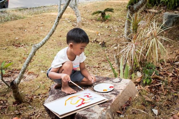 Weinig spelen panit op wit papier in het park Premium Foto