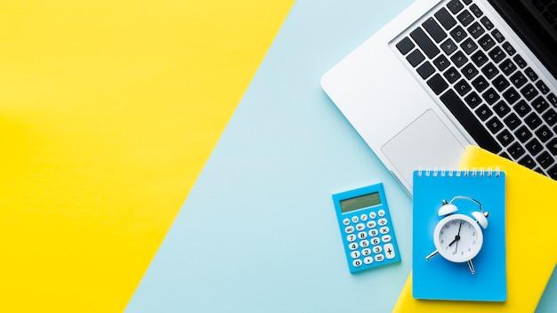 Wekker en rekenmachine kopie ruimte Gratis Foto