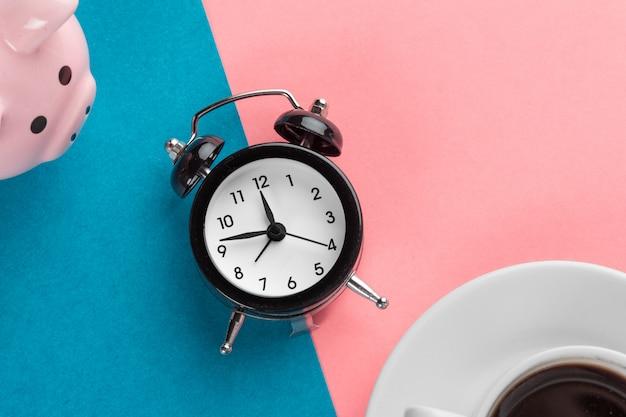 Wekker en spaarvarken om tijd te besparen Premium Foto