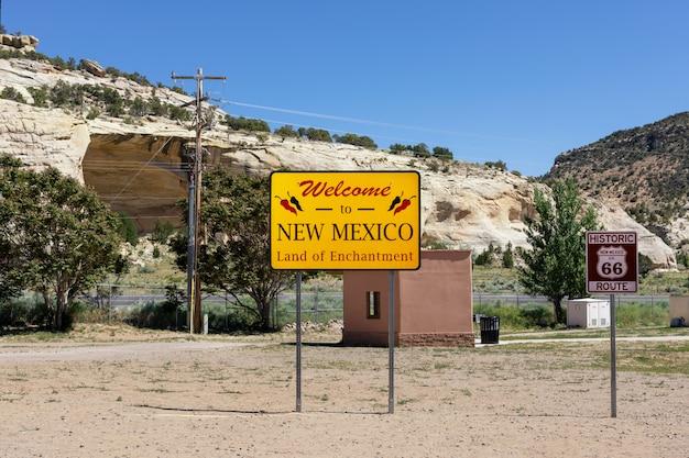 Welkom bij het bord van new mexico langs de snelweg aan de staatsgrens. Premium Foto