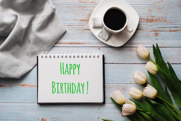 Wenskaart met de inscriptie happy birthday. Premium Foto