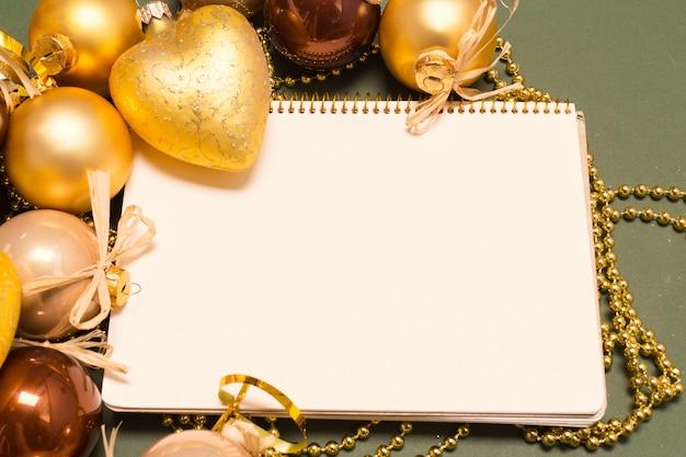 Wenskaart mock up met kerst ornamenten Premium Foto