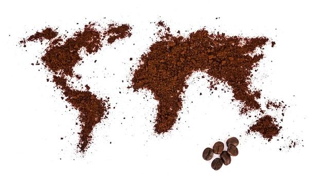 Wereld kaart gemaakt van koffie op een witte achtergrond Gratis Foto