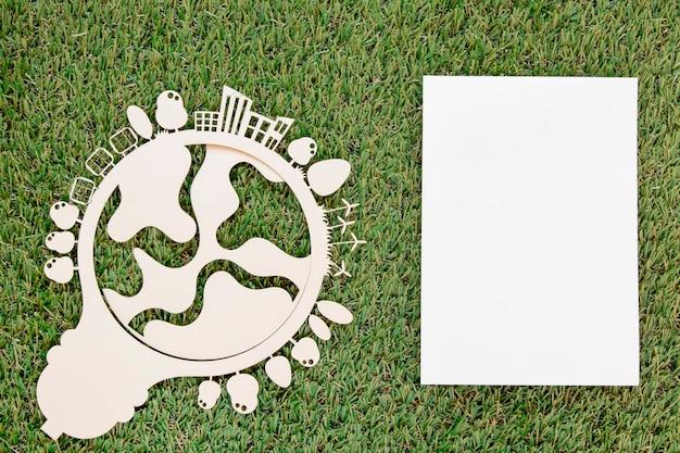 Wereld milieu dag houten object met lege kaart op gras Gratis Foto