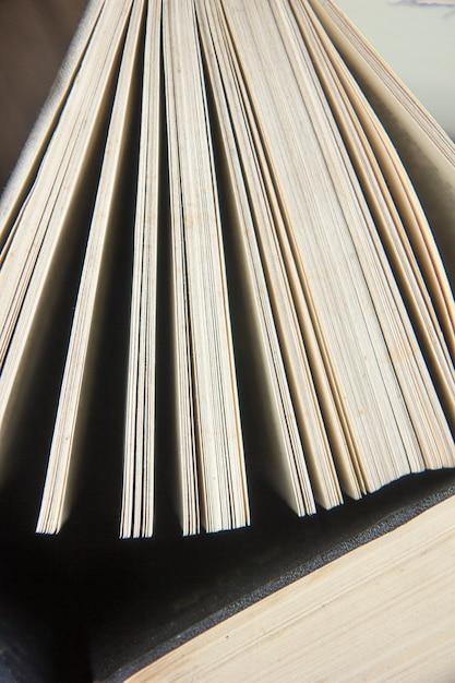 Wereldboekendag. stapel kleurrijke boeken. onderwijs achtergrond. terug naar school. onderwijs bedrijfsconcept. kopieer ruimte voor tekst Premium Foto