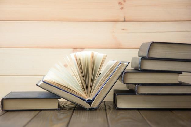 Wereldboekendag. stapel kleurrijke boeken. onderwijs achtergrond. terug naar school. onderwijs bedrijfsconcept. Premium Foto