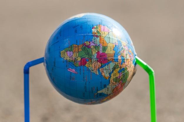 Wereldbol met plastic rietjes Gratis Foto