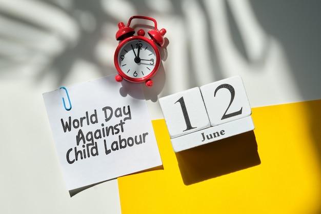 Werelddag tegen kinderarbeid 12 twaalfde juni maandkalender concept op houten blokken. Premium Foto