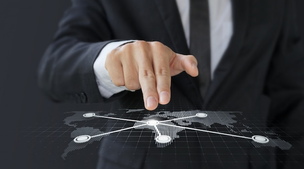Wereldkaart van het de aanrakings digitale scherm van de zakenman voor vervoer Premium Foto