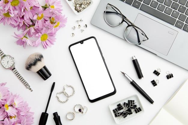 Werk compositie op witte achtergrond met verschillende apparaten en objecten Gratis Foto