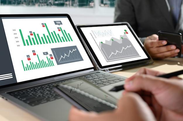 Werk hard data analytics statistieken informatie bedrijfstechnologie Premium Foto