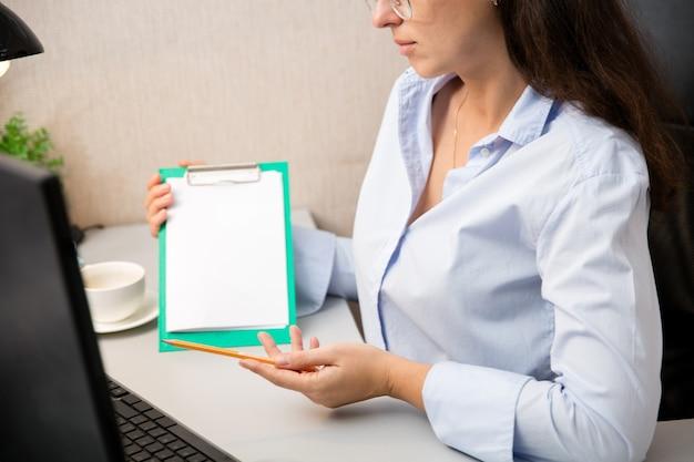 Werken op afstand vanuit huis. werkplek in thuiskantoor met pc, apparaten en gadgets. Gratis Foto