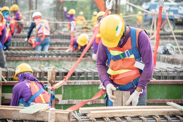Werken op hoogte apparatuur. valbeveiliger voor werknemer met haken voor harnas voor veiligheidsuitrusting Premium Foto