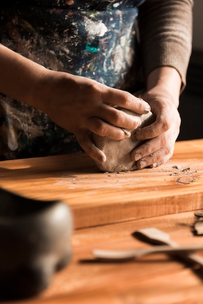 Werkende fabrikant met argile als materiaal Gratis Foto