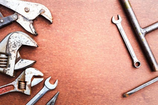 Werkende hulpmiddelen op houten lijstachtergrond. bovenaanzicht Premium Foto