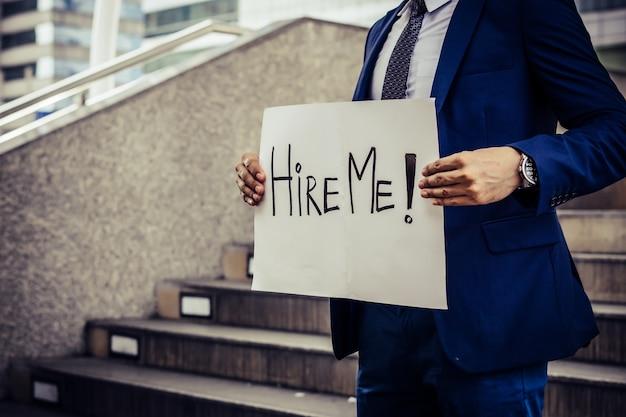 Werkloze man op zoek naar werk. een behoefte aan een baanteken houden. Gratis Foto
