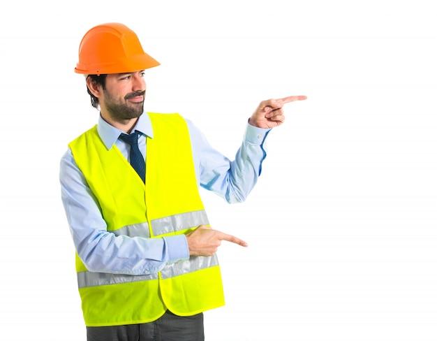 Werkman die naar de zijde wijst Gratis Foto