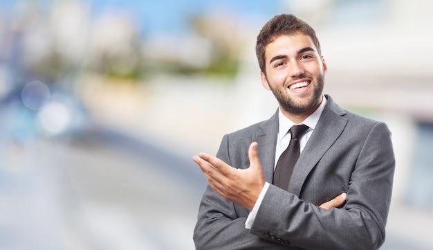 Werknemer gebaren met zijn linkerhand Gratis Foto