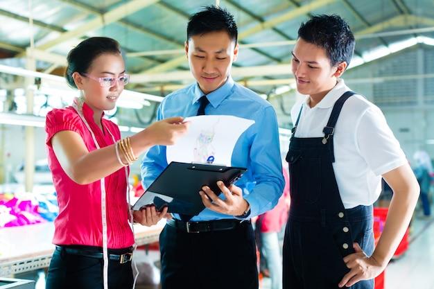 Werknemer, manager en ontwerper in kledingfabriek Premium Foto