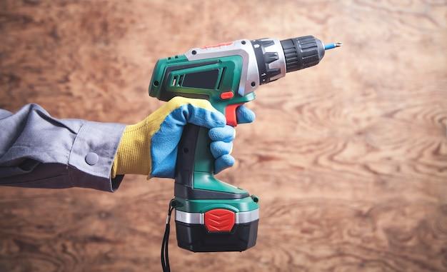 Werknemer met draadloze schroevendraaier. bouw tool Premium Foto