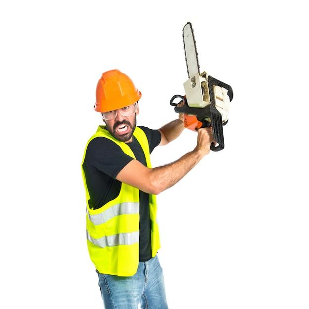 Werknemer met kettingzaag over witte achtergrond Gratis Foto