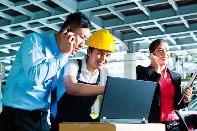Werknemer of productiemanager en klantenservice, kijk op een laptop in een textielfabriek en help aan de telefoon Premium Foto