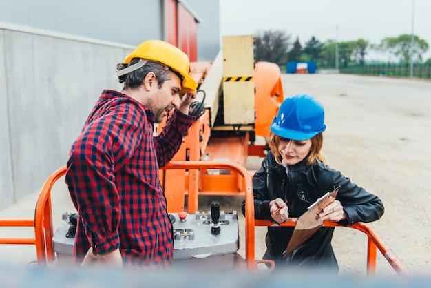 Werknemer ontvangt instructie over rechte hoogwerker Premium Foto