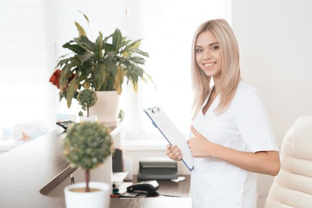Werknemer van een schoonheidssalon vormt in de receptie Premium Foto