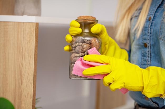 Werknemer van een schoonmaakbedrijf maakt het kantoor schoon Premium Foto