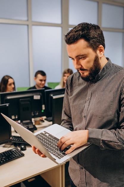Werknemers bij een it-bedrijf dat op een computer werkt Gratis Foto
