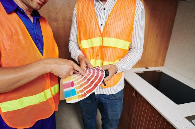 Werknemers in de bouw bespreken kleurenpalet Premium Foto