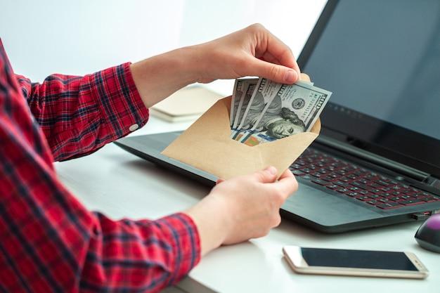 Werknemerskantoor ontving een bonus in de envelop. illegale salarisbetaling Premium Foto